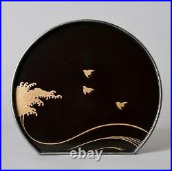 Japanese lacquered tray with Namichidori waves and birds design Z20